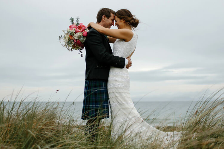Молодые перед свадьбой у моря